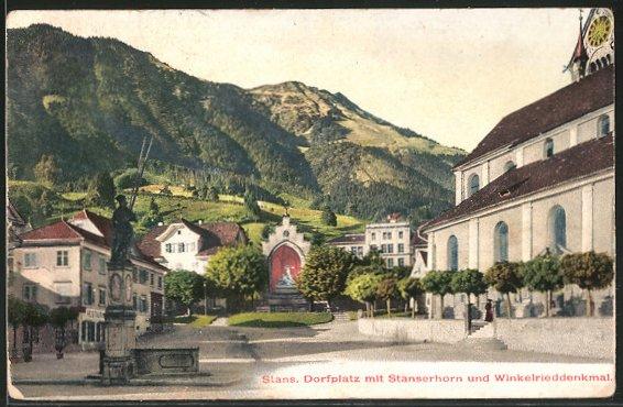 Blick auf den Stanser Dorfplatz (erbaut nach 1713) auf einer Postkarte von 1909. (Quelle: www.ak-ansichtskarten.de)