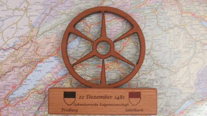 Das Rad von Bruder Klaus als Erinnerungsstück der Association des amis de «Frère Nicolas» von Freiburg als Erinnerungsstück an die Feier vom 22. Dezember 2017 im Grossratssaal Freiburg, wo auch Regierungsmitglieder aus den Kantonen Freiburg und Solothurn teilgenommen haben. (Foto: Urban Fink-Wagner)