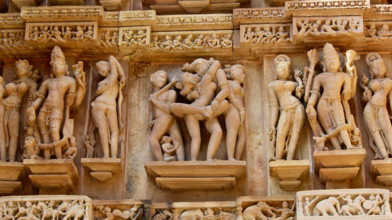 Alltagsleben: Khajuraho, Indien|© GFX 2015    (In Bezug auf die Bedeutung und den Zweck dieser Skulpturen im Tempel gibt es unterschiedliche Überzeugungen. Aber viele Gelehrte sind sich einig, dass die Tempelskulpturen den Alltag der Menschen dieser Zeit repräsentieren. Hier sehen wir Krieger, Tänzer, Musiker und Szenen eines königlichen Hofes, eines Lehrers und eines Schülers sowie eines Bildhauers mit seinen Schülern.)