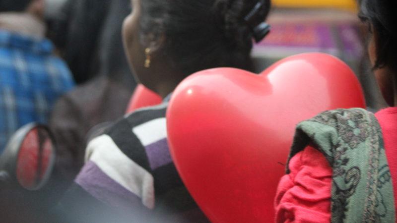 Das Herz ist das untrennbare Symbol der Liebe. Am Valentinstag geht eine Familie nach dem Einkauf nach Hause. Eine Szene aus Varanasi, Indien | © GFX 2016