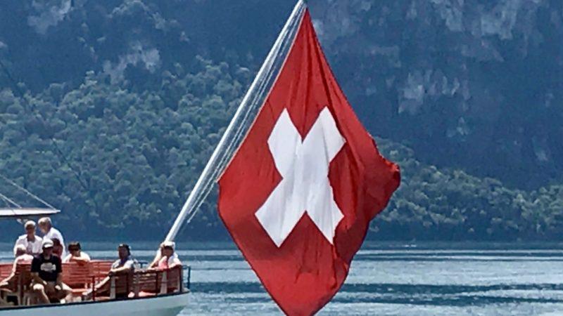 Schweizer Flagge am Raddampfer «Schiller» auf dem Vierwaldstättersee   © Thomas Schubiger 2019