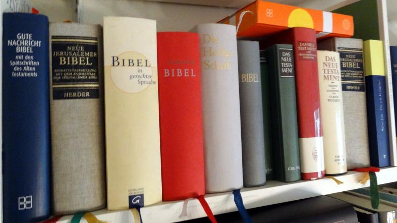 Verschiedene Ausgaben und Übersetzungen der Bibel. | © Barbara Fleischmann