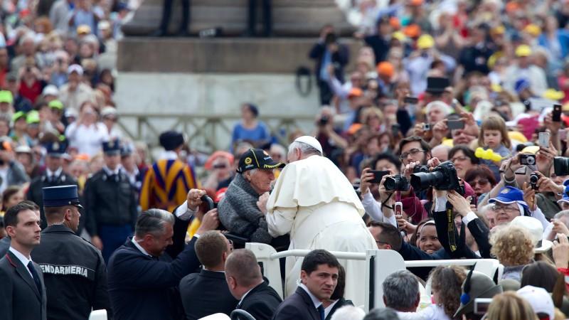 Papst Franziskus begegnet einer Frau im Rollstuhl | © Oliver Sittel