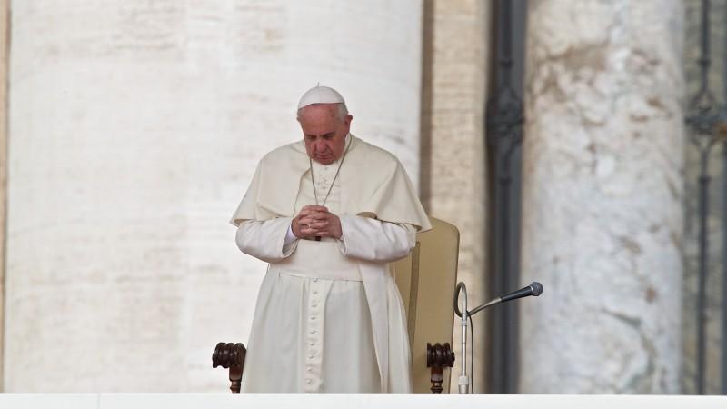 Papst Franziskus im Gebet | ©  Oliver Sittel