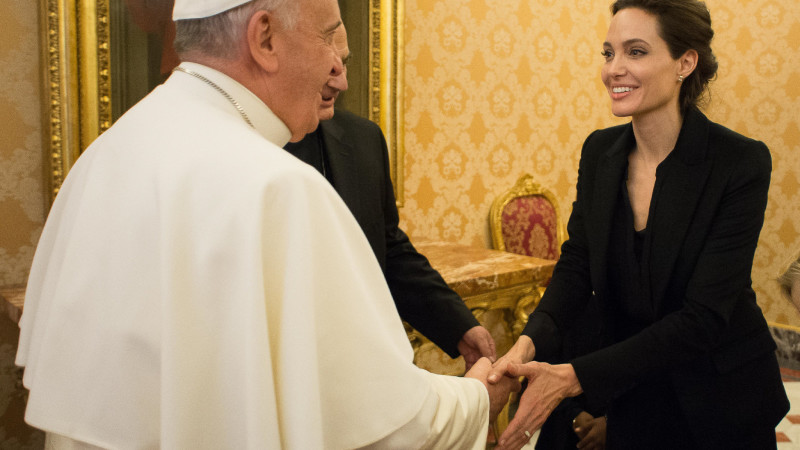 Papst Franziskus trifft Hollywood-Schauspielerin Angelina Jolie in einer Privataudienz im Vatikan am 8. Januar 2015  | © 2015 KNA