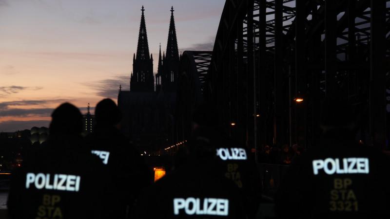 Polizisten warten in Köln auf ihren EInsatz bei der Pegida-Demonstration | © KNA