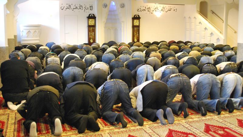 Muslime beim Freitagsgebet in einer Moschee in Kreuzlingen TG | © 2010 Barbara Ludwig