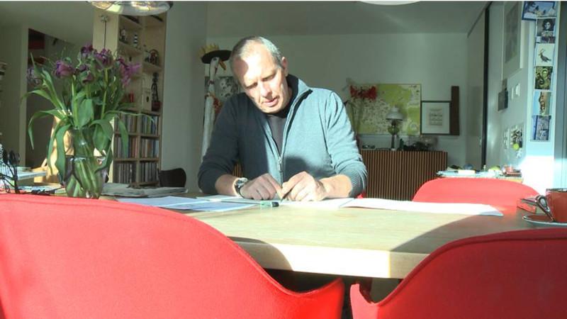 Tages-Anzeiger-Karikaturist Felix Schaad zuhause in Winterthur beim Zeichnen    © Hans Merrouche