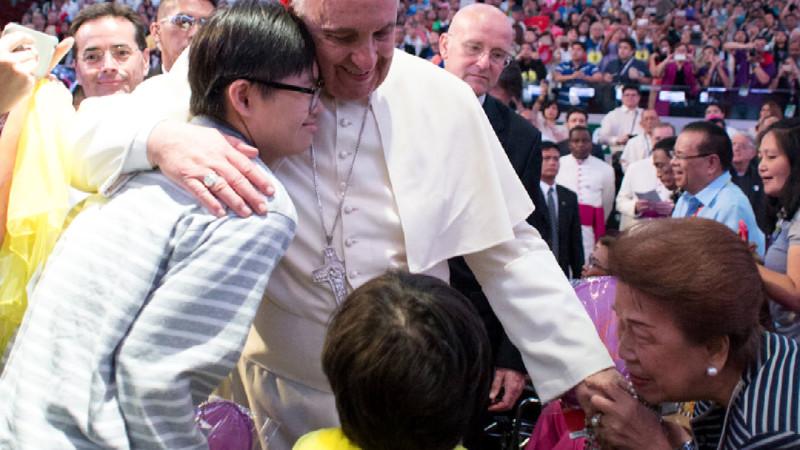 Papst Franziskus bei einem Treffen mit katholischen Familien in der «Mall of Asia»-Arena in Manila, 16. Januar | © 2015 KNA