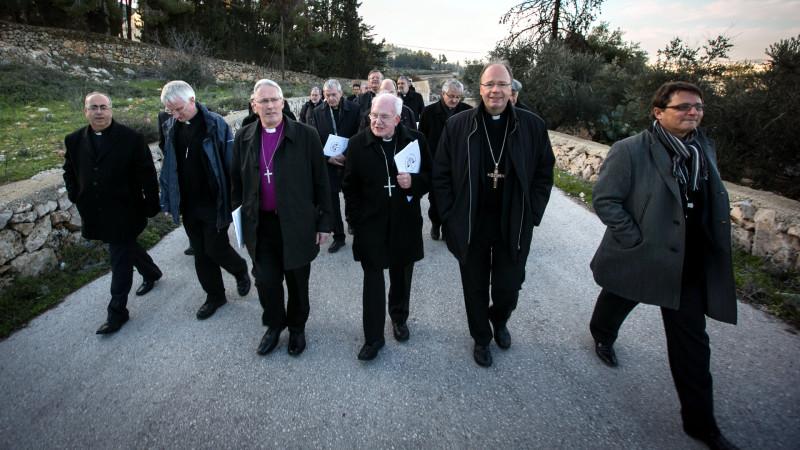 Bischofsgruppe mit Felix Gmür (rechts) beim Besuch im Cremisan-Tal im Gaza bei Beit Dschallah, das vom israelischen Mauerbau bedroht ist | © Andrea Krogmann