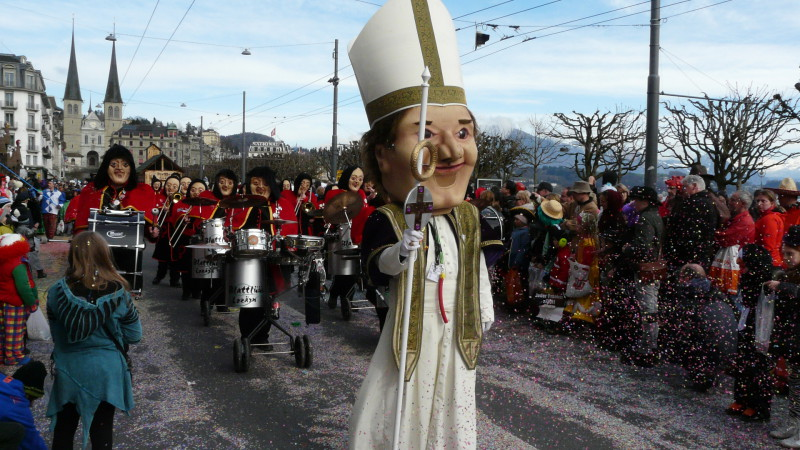 Der «Papst» führt an der Luzerner Fasnacht eine «Guggenmusik» an | © 2014 Sylvia Stam