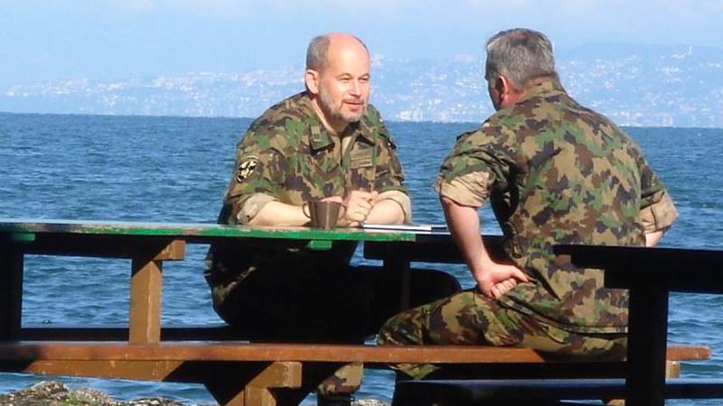 Die Armee sucht auch Frauen für Seelsorge bei Truppen. Im Bild: Armeeseelsorger im Gespräch | © 2015 zVg Armeeseelsorge