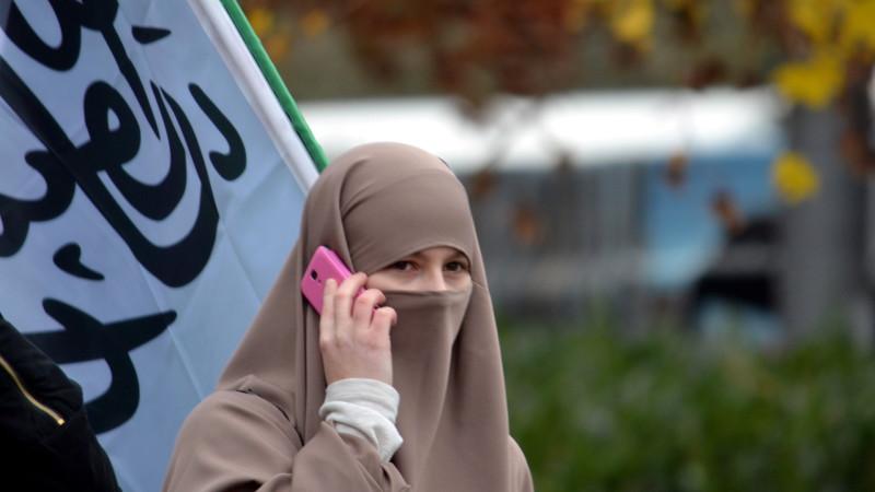 Verhüllte Frau an einer Kundgebung des Islamischen Zentralrates in Freiburg | © Georges Scherrer