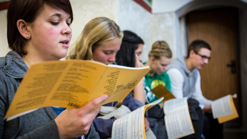 Jugendliche aus Wil in der Georgskirche in Ibellin | © 2015 Andrea Krogmann