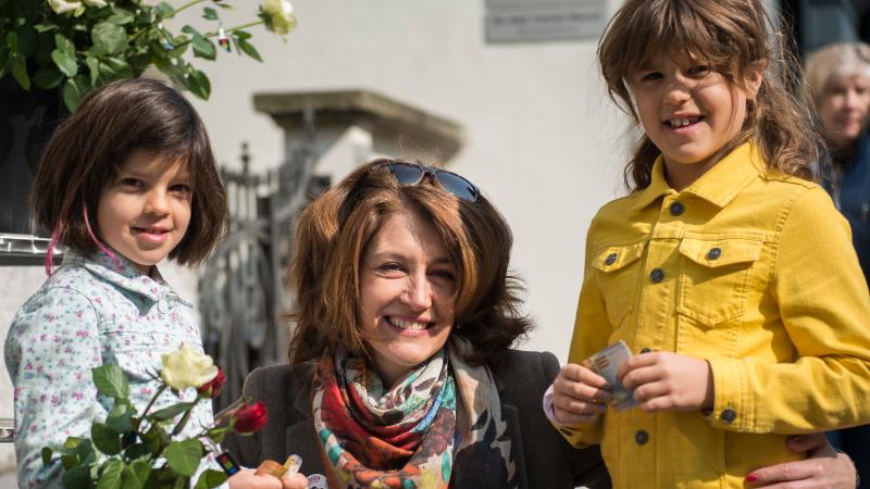 Rosenaktion Luzern 2015: Sina mit Kindern| © 2015 Brot für alle, Fastenopfer / bildwild.ch