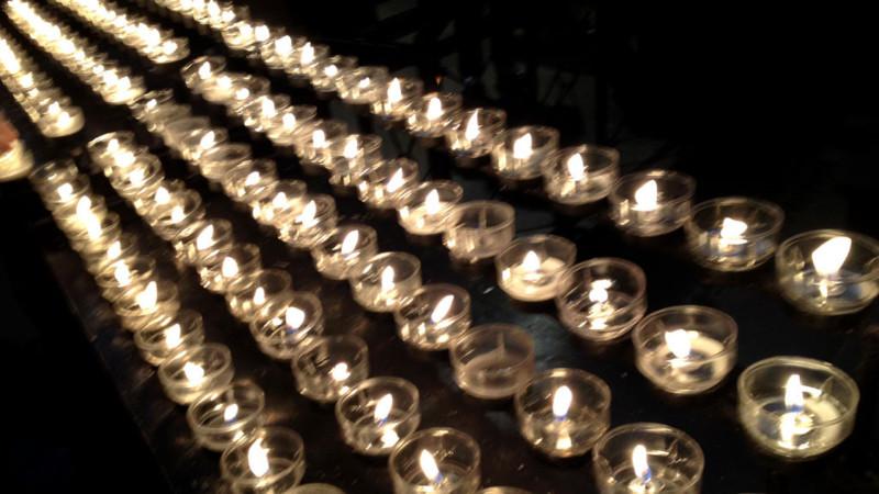 Kerzenlichter in einer Kirche | © Georges Scherrer