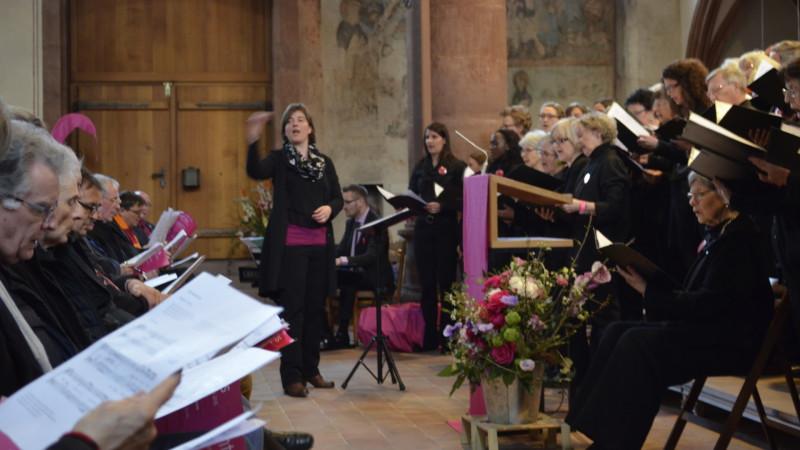 Cantars-Leiterin Sandra Rupp dirigiert Chor und Publikum am Festakt von Cantars 2015| © 2015 Regula Pfeifer