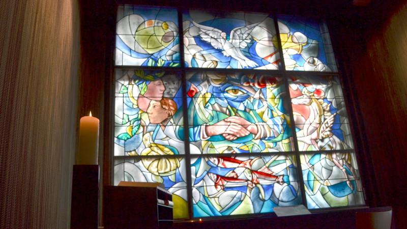 Glasfenster von Hans Erni in der Sihlcity Kirche, Zürich   © Georges Scherrer