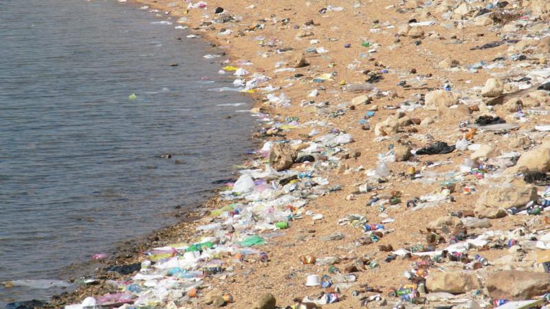 Massiv verschmutzte Meeresküste mit Wohlstandsabfällen. | © Georges Scherrer