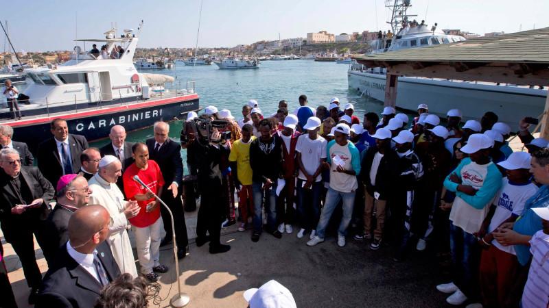 Papst Franziskus mit Flüchtlingen auf Lampedusa 2013 | © KNA