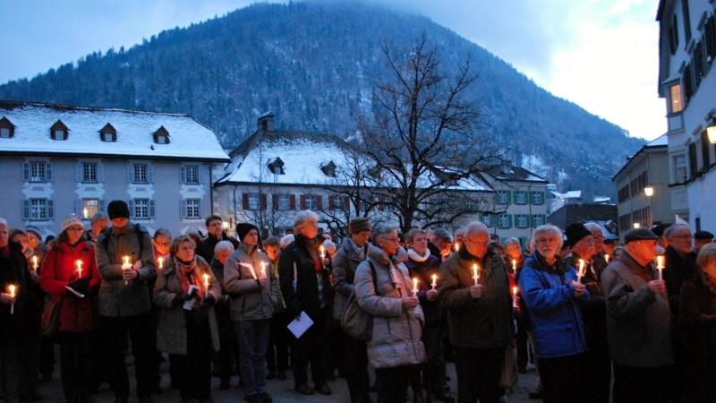 13. Januar 2013: Teilnehmer der Solidaritäts-Wallfahrt zugunsten der Pfarrei-Initiative Schweiz vor dem Churer Bischofspalast | © Barbara Ludwig