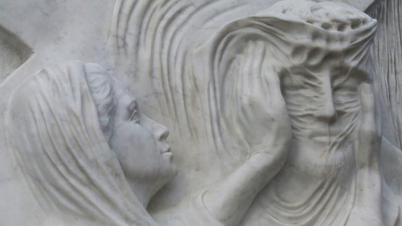 Veronika reicht Jesus das Schweisstuch. Kreuzweg in Lourdes | © kath.ch
