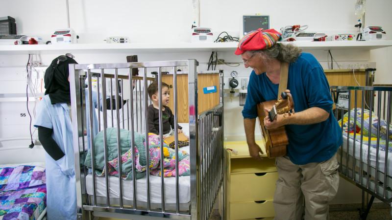 Der Bündner Linard Bardill singt für die kleinen Patienten im Caritas Baby Hospital in Bethlehem. | © 2015 Andrea Krogmann