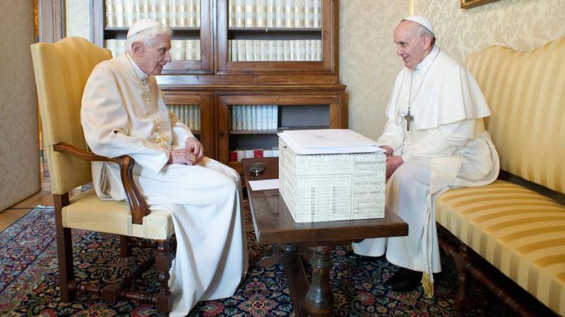 Benedikt XVI. und Papst Franziskus | © KNA