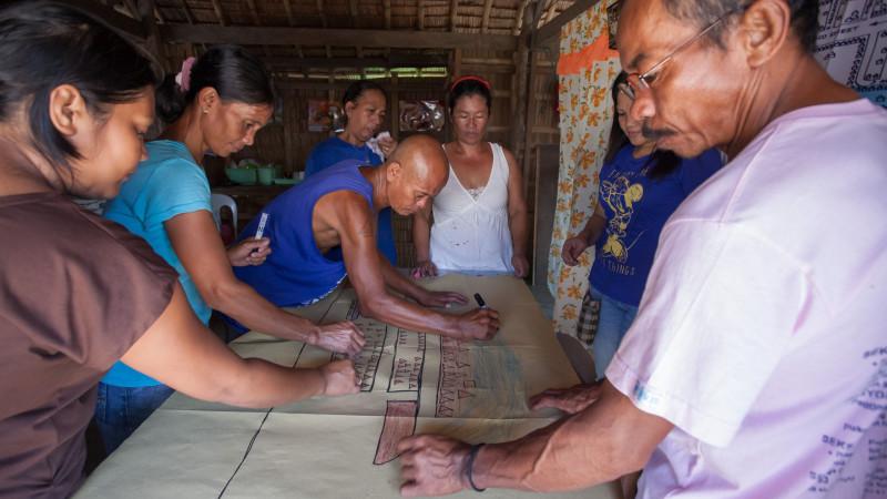 Vorbereitung auf den Sturm: Dorfbewohner erstellen eine Risikokarte in einem Fastenopfer-Projekt | © 2014 Fastenopfer