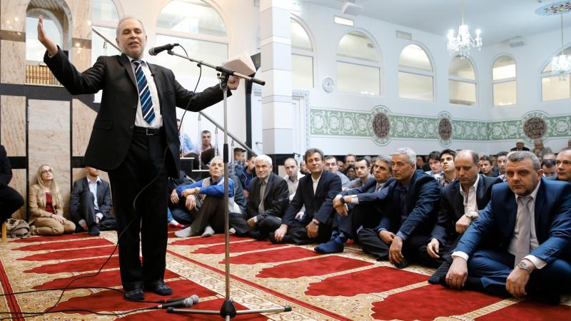 Mustafa Memeti in der Moschee im Haus der Religionen | © 2015 Keystone