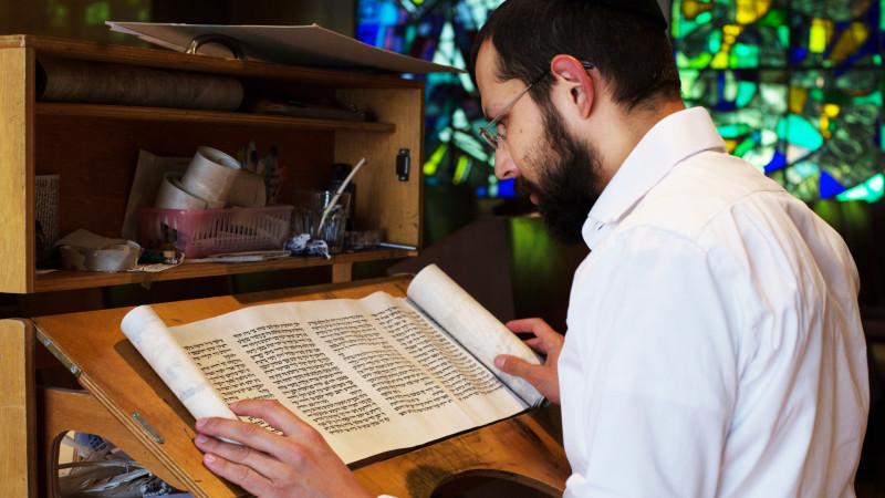 Jüdischer Kalligraph beim Schreiben von heiligen Texten | © Peter Käser