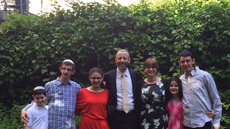 Bereit zur Rückkehr nach Israel: der bisherige Basler Rabbiner Yaron Nisenholz mit Familie | © 2015 zVg