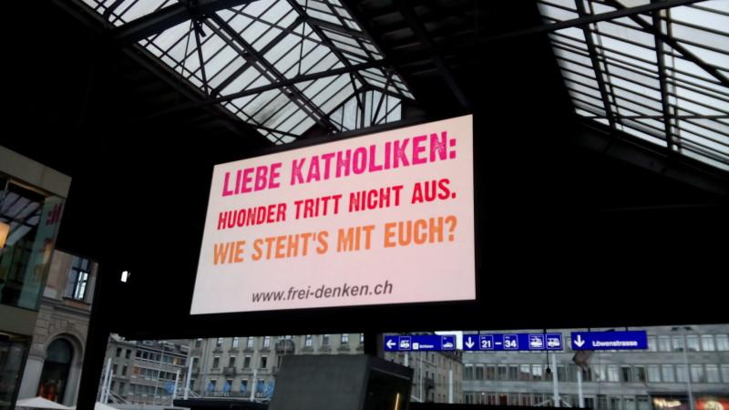 Plakataktion der Freidenker-Vereinigung im Hauptbahnhof Zürich. | © 2015 Sylvia Stam