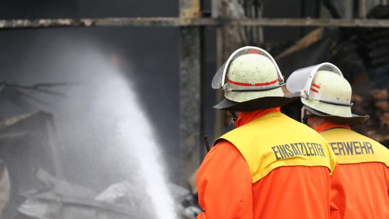 "Feuerwehrleute löschen Brand | © <a href=""http://www.pixelio.de"" target=""_blank"">pixelio.de</a>/E. Kopp"