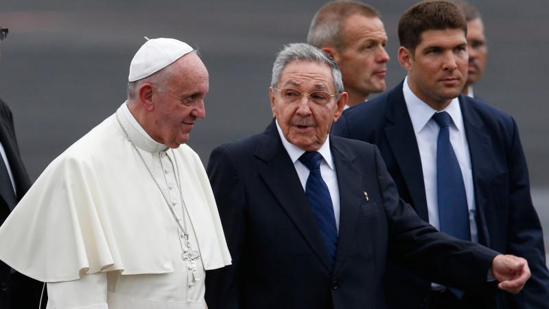 Papst Franziskus und Raul Castro auf dem Flughafen in Havanna   © 2015 KNA