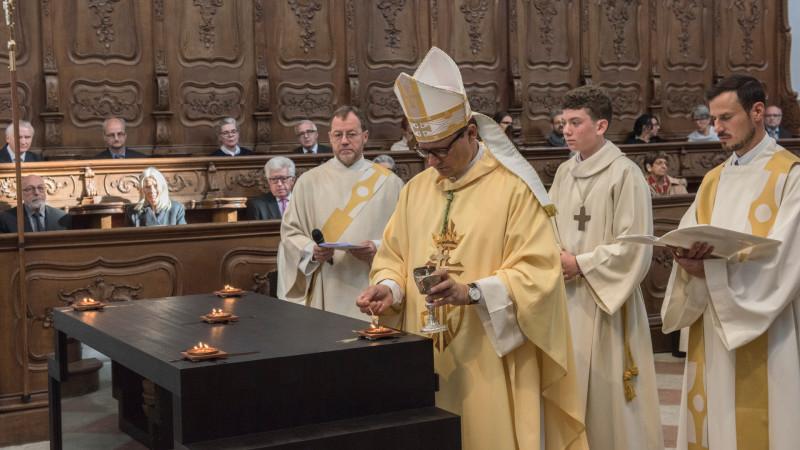Altarweihe im Dom von Arlesheim: Bischof Felix Gmür entzündet die Weihrauchkerzen. | © 2015 zVg