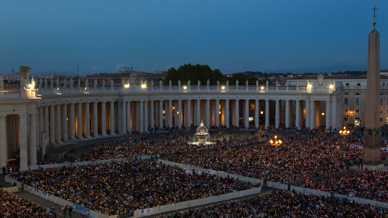 Gebet auf dem Petersplatz am Abend vor der Beginn der Bischofssynode. | © 2015 Andrea Krogmann