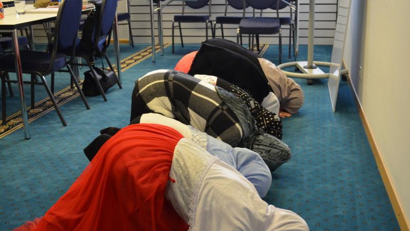 Religionspädagogin Belkis Osman (zuhinderst) betet mit Koranschülerinnen in der Albanisch-Islamischen Gemeinschaft Zürich   © 2015 Regula Pfeifer