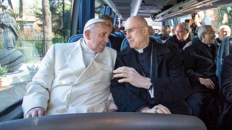 Papst Franziskus mit Kardinal Bertone | @ KNA