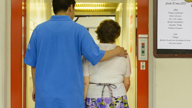 Zivildienstleistender begleitet Frau in Altersheim | © Laurent Gillieron