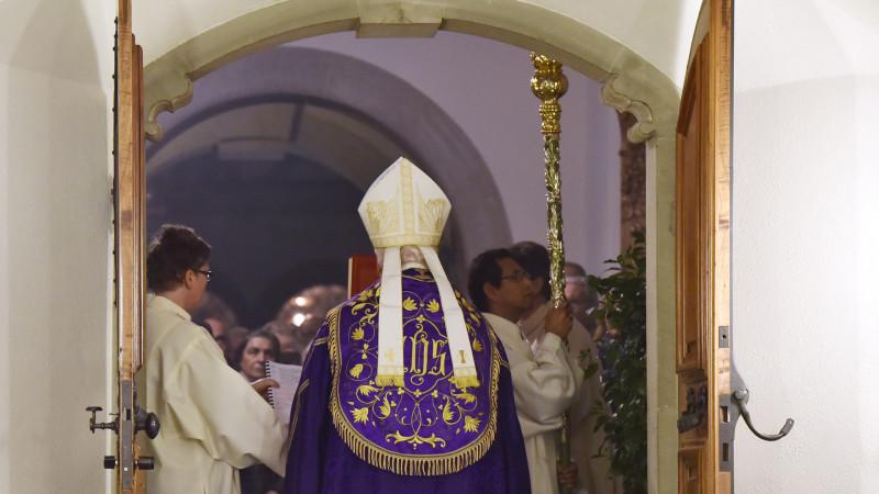 Bischof Markus Büchel eröffnete gestern die Pforte der Barmherzigkeit in der St. Galler Kathedrale | © 2015 Regina Kühne