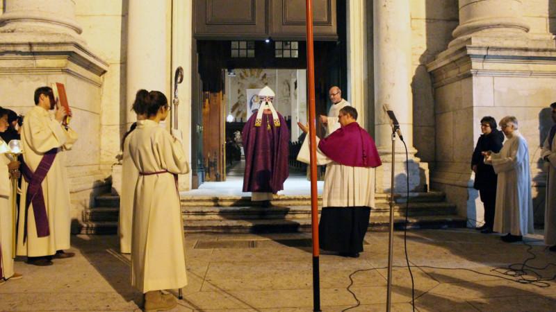 Der Basler Bischof Felix Gmür (von hinten) öffnet die Heilige Pforte in Solothurn | © 2015 zVg