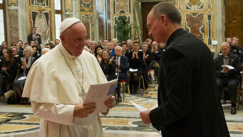 Papst Franziskus und Tom Smolich, internationaler Direktor des JRS  | © 2015 Osservatore Romano