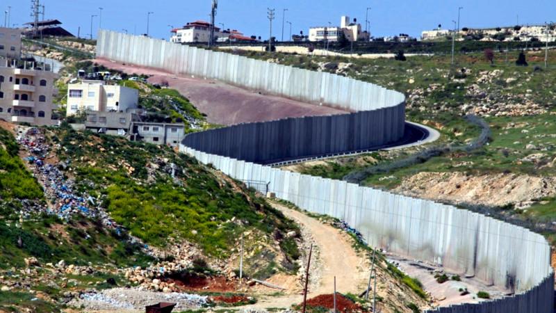 Israelische Sperrmauer beim Flüchtlingslager Schu`fat in Ostjerusalem | © Andrea Krogmann