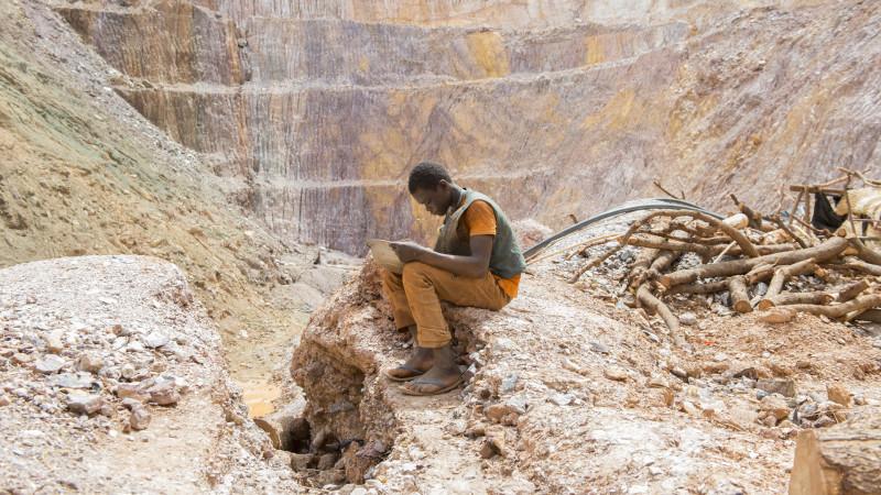 In einer aufgegebenen, ungesicherten Goldmine sucht ein Kleinschürfer nach Gold. Fastenopfer/Meinrad Schade/