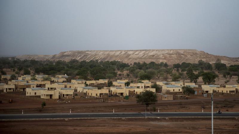 Das neue Dorf Bissa mit der Abraumhalde im Hintergrund | © Meinrad Schade/Fastenopfer