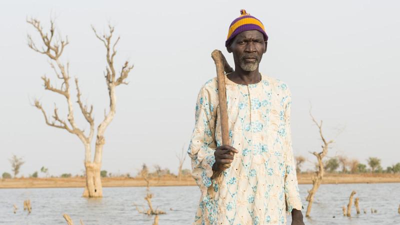 Ein Bauer vor seinem Feld, das von der Mine überflutet wurde | © Meinrad Schade