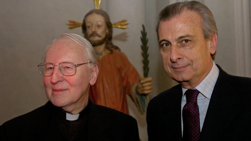 Der Päpstliche Reisemarschall Alberto Gasbarri (r.) mit dem deutschen Kardinal Friedrich Wetter | © kna