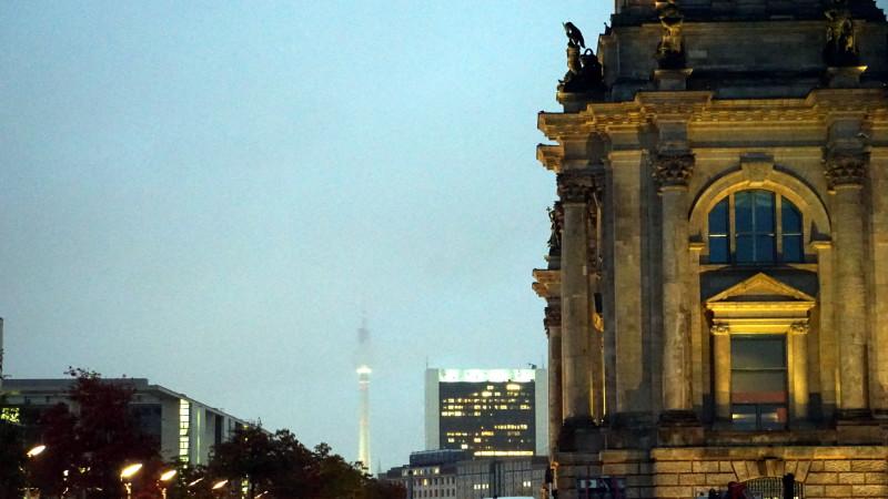 Berlin: Reichstag mit Funkturm | © 2015 Georges Scherrer
