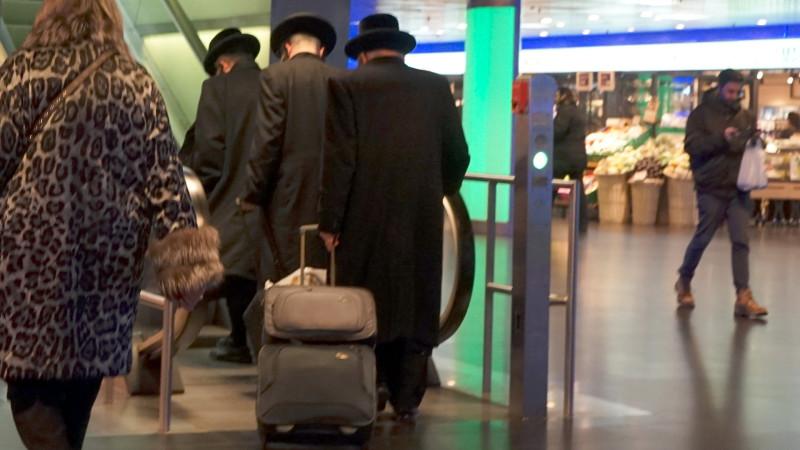 Orthodoxe Juden im Zürcher Hauptbahnhof | © Georges Scherrer